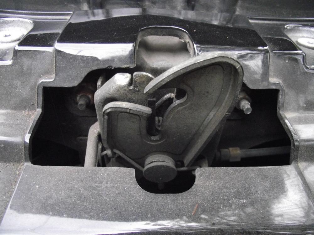 zamek maski silnika